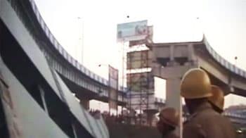 Video : कोलकाता में पुल का हिस्सा गिरा, तीन जख्मी