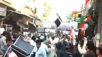 Videos : दिल्ली : सभा में जमकर चली कुर्सियां