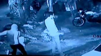 Video : Caught on CCTV, man gets shot, doesn't hang up