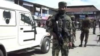 Videos : कश्मीर में आतंकियों की पुलिस दल पर गोलीबारी