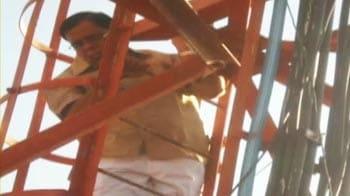 Video : राजस्थान : मोबाइल टावर पर चढ़े विधायक