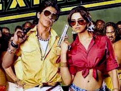 Video : Gauri Khan checks out colourful SRK in <i>Chennai Express</i>