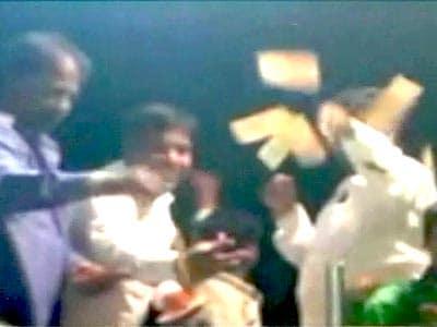 Videos : सूखाग्रस्त इलाके में विधायक पर नोटों की बारिश