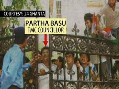 Video : Trinamool Councillor, activists caught on camera at Presidency University gate