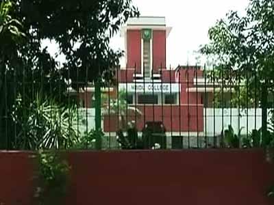 Videos : दिल्ली : छात्र ने फोन चार्जर का इस्तेमाल कर की खुदकुशी