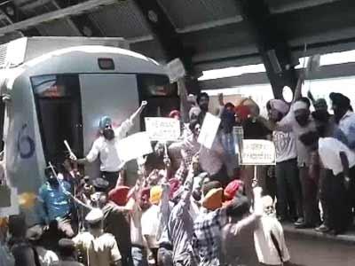 Video : Angry protests at Delhi metro station against Congressman Sajjan Kumar's acquittal