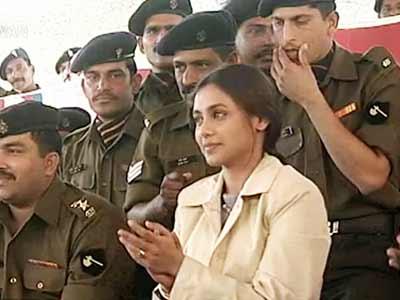 Video : Rani Mukherji visits jawans at Pokhran (Aired: May 2004)
