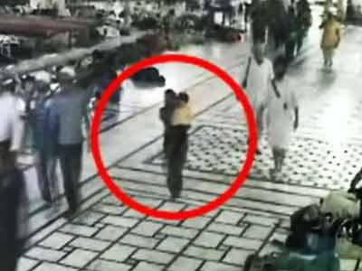 Video : स्वर्ण मंदिर परिसर से बच्चा चुराती महिला कैमरे में कैद