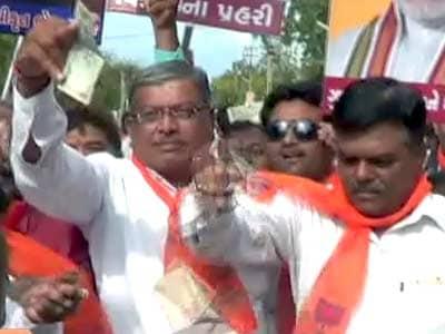 Video : गुजरात : अमरेली में भाजपा विधायक ने उड़ाए नोट
