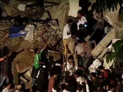 Videos : मुंबई में चार मंजिला इमारत का एक हिस्सा गिरा, दो मरे