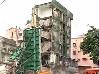 Videos : मुंबई में चार मंजिला इमारत का एक हिस्सा गिरा, पांच मरे