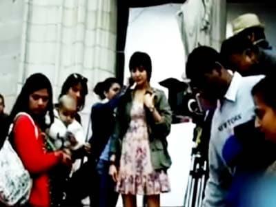 Video : Revealed: Anushka's new look