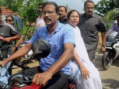 Video : A bike ride for Mamata to meet family of student raped and killed