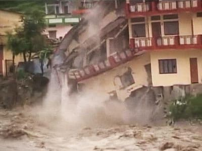 Video : Watch: in torrential rain, house collapses in Uttarakhand