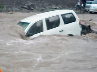 Video : शिवपुरी में नाव की तरह बह गई कार
