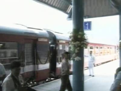 Video : PM, Sonia inaugurate first rail link to Kashmir valley