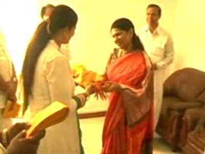 Video : Grateful Kanimozhi gifts shawls to Congress leaders in Chennai