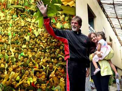 Video : Hundreds of Bachchan fans and a 'bewildered' Aaradhya