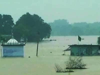 Videos : यूपी के कई इलाकों में भारी बारिश, गंगा उफान पर
