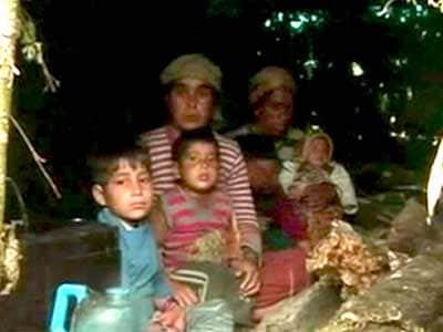 Videos : उत्तराखंड : पहाड़ की चोटियों पर रात गुजार रहे हैं परिवार