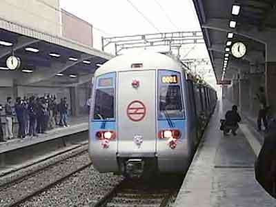 Videos : मेट्रो में अश्लील वीडियो प्रकरण की जांच के आदेश