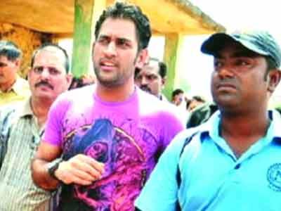 Videos : दोस्त हो तो महेंद्र सिंह धोनी जैसा