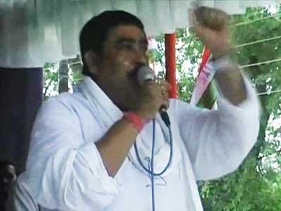 Video : Mamata Banerjee's party man suggests hurling bombs at cops