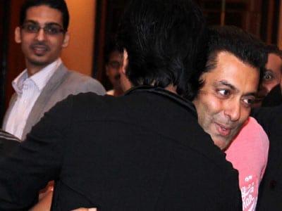 Video : Salman, Shah Rukh end feud, hug each other at Mumbai iftaar party