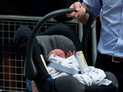 Video : Securing baby in car seat, Prince William and Kate drive off