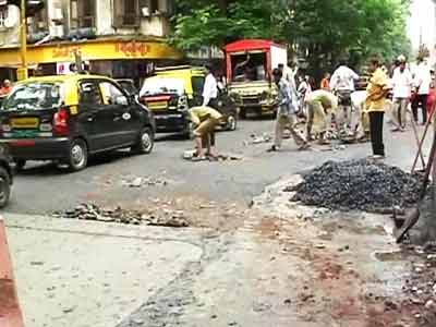 Video : Mumbai's civic body rushes to fill potholes after rains stop