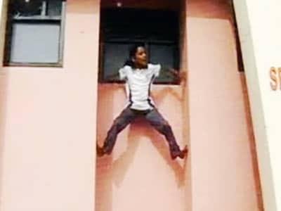 Videos : दीवार पर चढ़ती भारत की 'स्पाइडर गर्ल'
