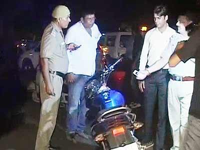 Videos : दिल्ली : पुलिस फायरिंग में बाइकर की मौत, एक अन्य घायल