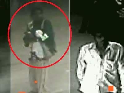 Videos : कैमरे में कैद : नोएडा के अस्पताल से बच्ची चुराती महिला