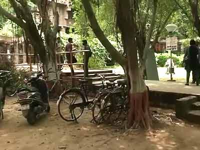 Video : JNU student attacks female friend with cleaver, then kills himself