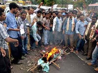 Video : Protests against Telangana escalate, six ministers quit