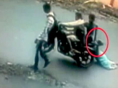 Videos : कैमरे में कैद : बाइक सवार बदमाशों ने झपटी चेन