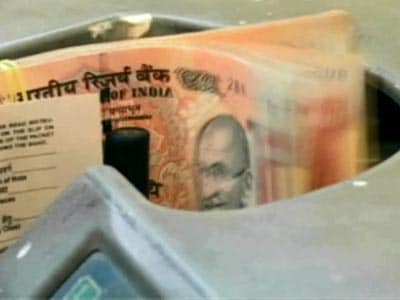 Video : Rupee falls to record low; bond yields hit 5-year high