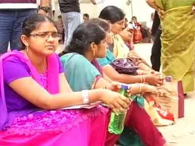 Video : Aspiring engineering students hit by united state stir in Andhra Pradesh