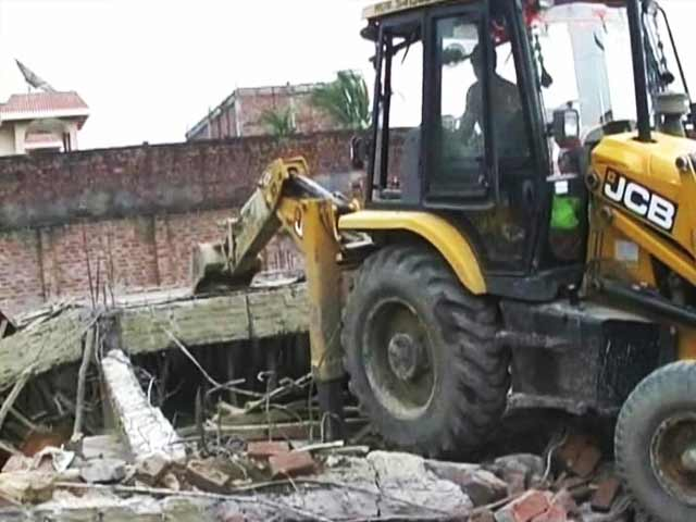 Video : Samajwadi Party leader's sons accused of razing doctor's home at gun-point