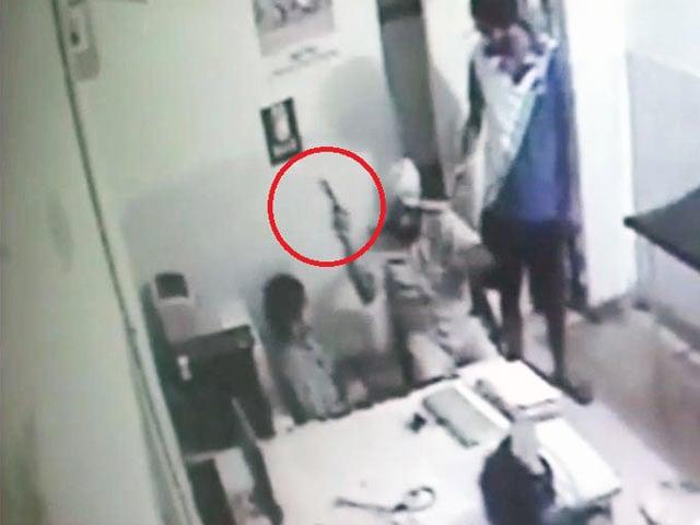 Video : कैमरे में कैद : नशे में धुत पुलिसवाले ने डॉक्टर पर चलाई गोली