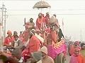 Video: शाही स्नान के साथ महाकुंभ शुरू