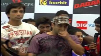 Videos : Salman Khan mobbed in Hyderabad