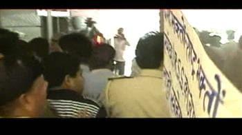 Videos : टीवी ऑफिस पर हमला