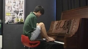 Video : This Chinese musician plays piano with his toes