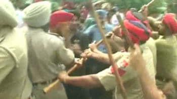 Videos : शिक्षकों पर चली पुलिस की लाठियां