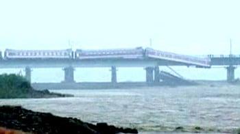 Video : Watch: Passengers scramble off toppling China train