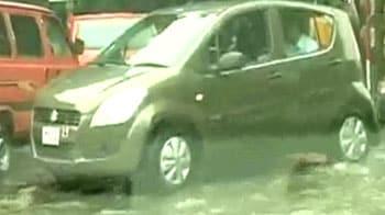 Videos : कोलकाता में भारी बारिश से परेशानी
