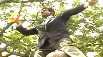 Video : Andhra Pradesh: Immolation bid by lawyer