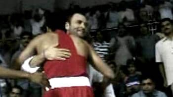 Video : CWG: Vijender hugs Rahul Gandhi after bout
