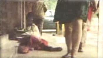 Videos : फुटपाथ पर तड़पती रही गर्भवती महिला
